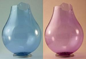 Um vidro de neodímio lâmpada , com a base e do revestimento interior removido, sob dois tipos diferentes de luz: fluorescentes na esquerda, e incandescentes sobre a direita.